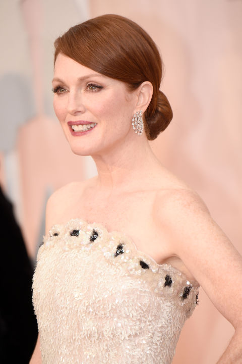 Statement earrings are trending on the red carpet, and Julianne Moore's pair are simple perfection.