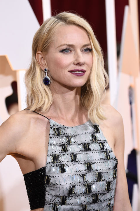 Naomi Watts's opts for incredible deep blue Anna Hu Haute Joaillerie earrings and simple waves.