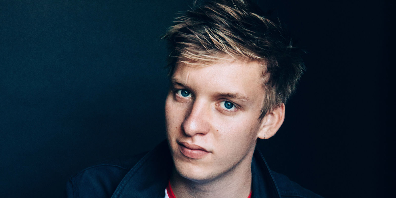 George Ezra earned a 0.2 million dollar salary - leaving the net worth at 1.75 million in 2018