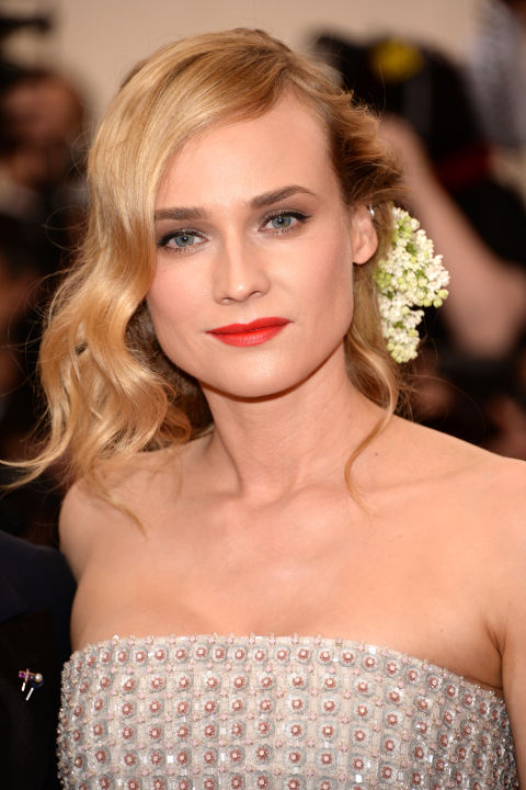 Fresh flowers were a major trend on this red carpet and we love how Kruger incorporated them in easily with soft waves.
