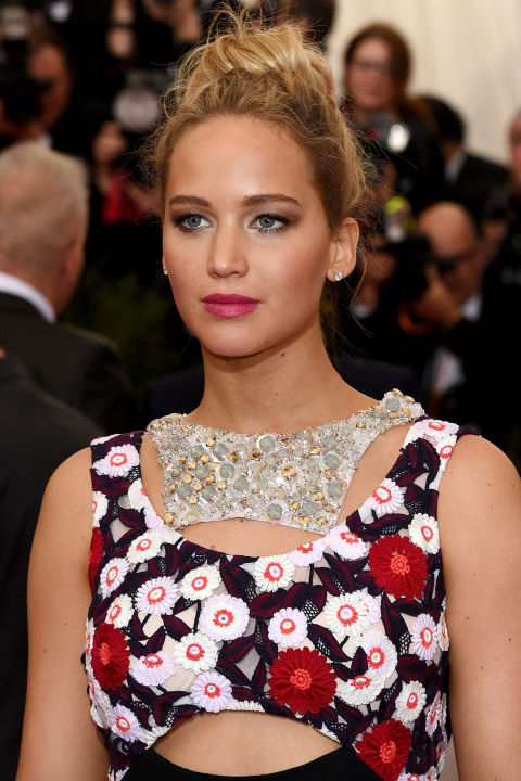 The actress wore Dior Rouge Dior Brilliant Lipshine in Hollywood with a perfectly disheveled bun.
