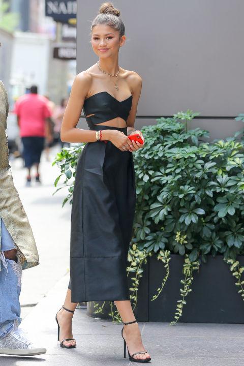 A cantora sai em Nova York vestindo um macacão Solace declaração-fazendo disponível por menos de US $ 213.