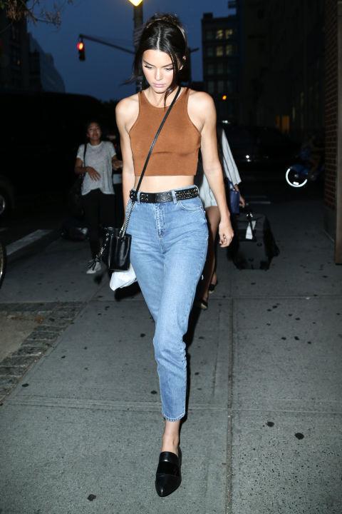 O modelo não é estranho para repetir parece e estes jeans cintura alta da mãe estão definitivamente em sua lista de peças favoritas. Jenner foi manchada em seu denim Topshop $ 70 três vezes este verão.
