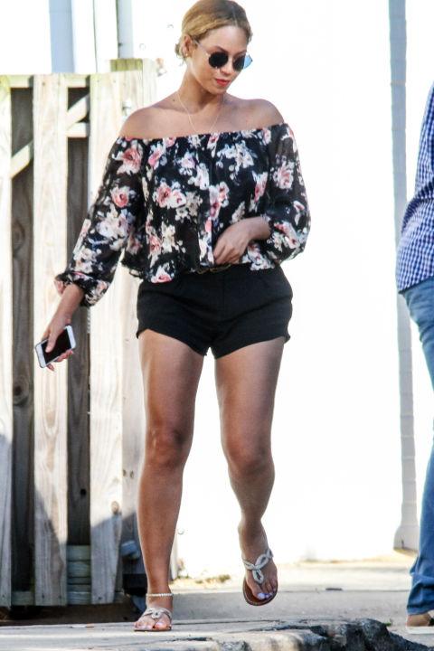 Enquanto está de férias em The Hamptons, Beyonce sai em um perfeito verão para cair pedaço de transição: uma blusa off-the-shoulder Lucy Paris, disponível para fazer compras na Bloomingdale's por apenas US $ 58.