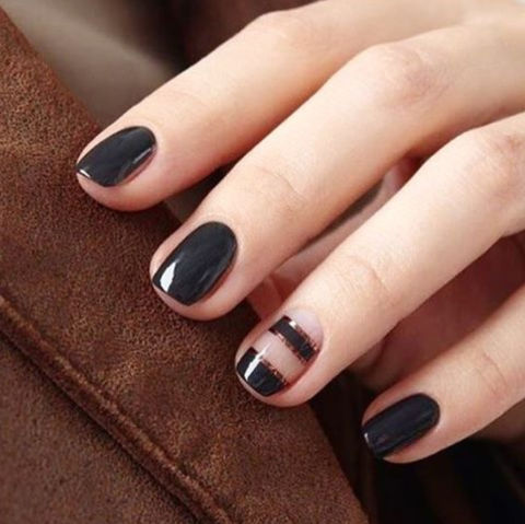 A complementary accent nail helps break up a dark manicure.@oliveandjune