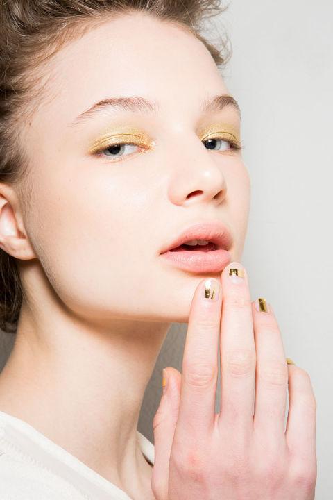 Um outro olhar do ouro, esta vez feito em uma matiz amarela em ambos os olhos e as unhas.