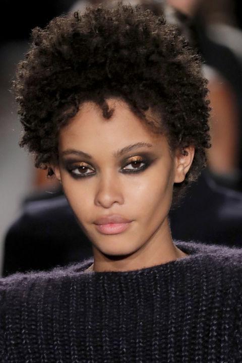 """Um olhar do olho tão forte e unapologetic & nbsp; como as mulheres que o usaram na pista de decolagem em Brandon Maxwell. """"Estamos abraçando a diferença na aparência, é a mesma maquiagem com cores diferentes"""", diz o artista de maquiagem Tom Pecheux, que pintou o & nbsp; forte sombra preta e metálica em cada modelo. """"Eu amo o fato de que é o mesmo, mas não é a mesma cor. Como seres humanos - somos os mesmos, mas somos todas cores diferentes."""" & Nbsp;"""