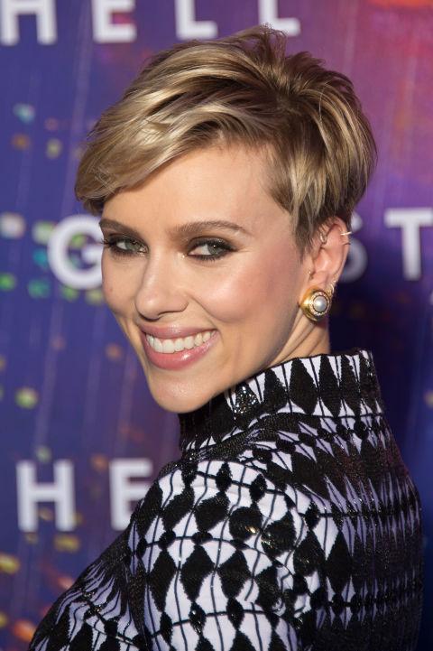 O corte em camadas de Scarlett Johannson requer destaques brilhantes e brilhantes.