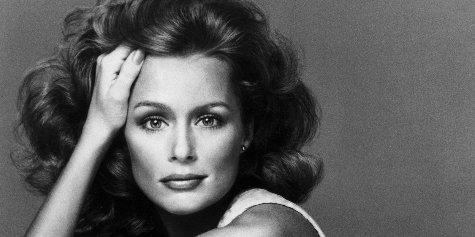 Lauren Hutton earned a  million dollar salary, leaving the net worth at 20 million in 2017