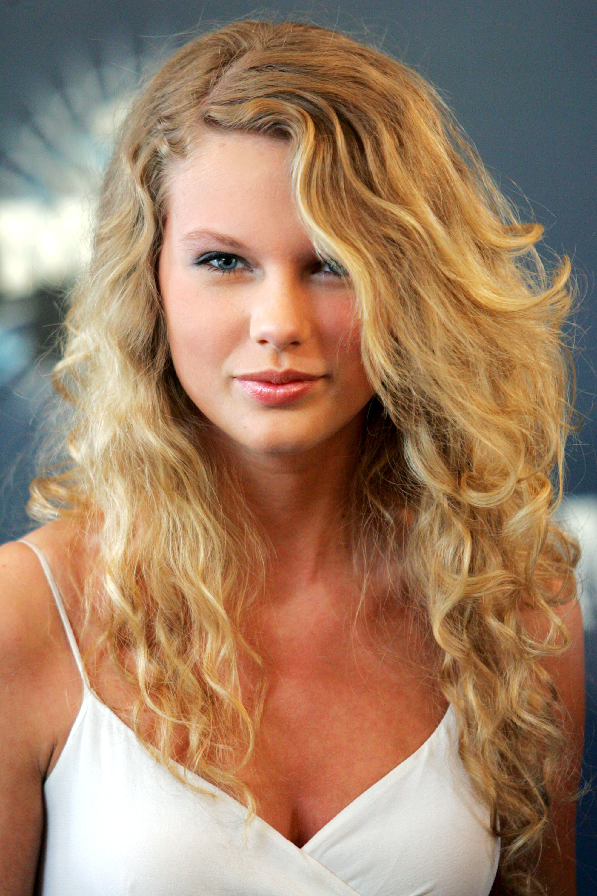 taylor swift hairstyles taylor swifts curly straight