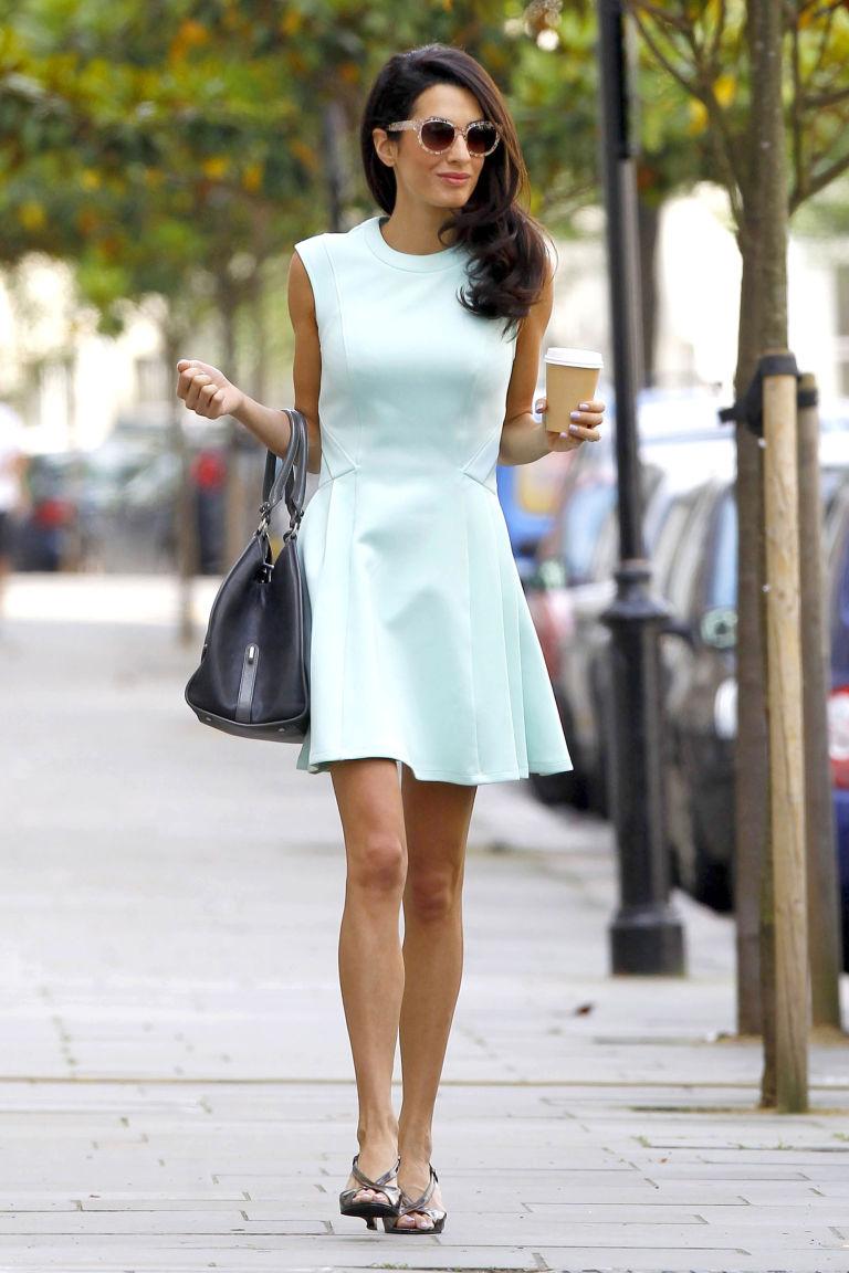 Η Amal Allamudin δείχνει τον τρόπο της εβαζέ φούστας