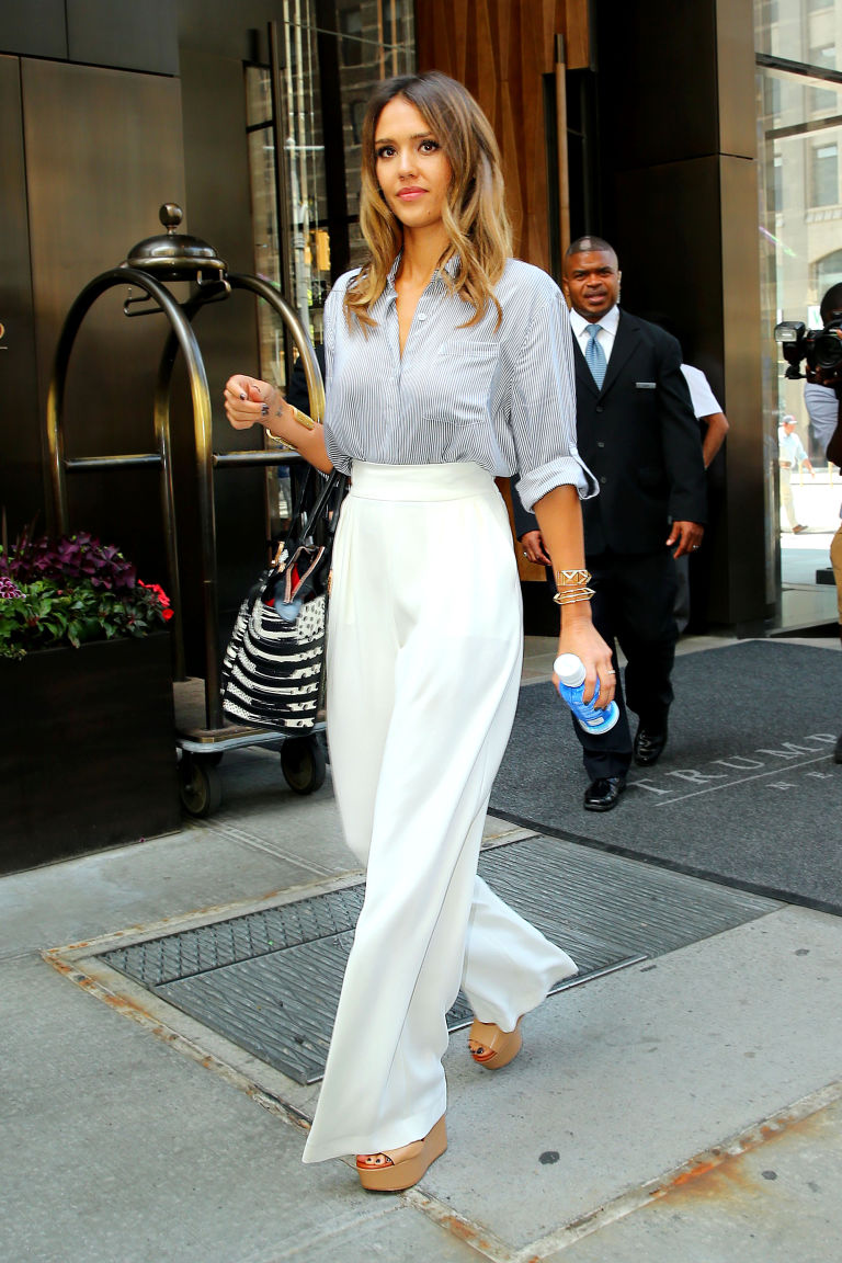 Η Jessica Alba δείχνει τον τρόπο για την ψηλόμεση παντελόνα