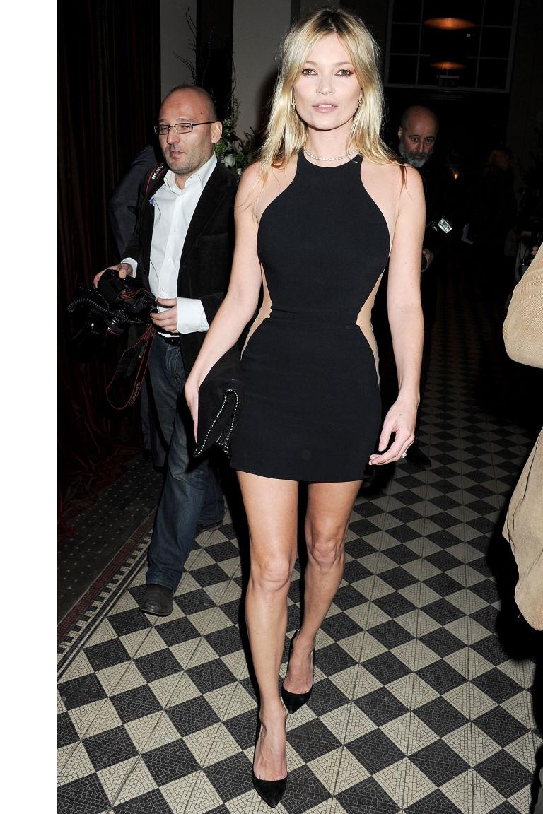 Η Kate Moss δείχνει τον τρόπο της κλεψύδρας
