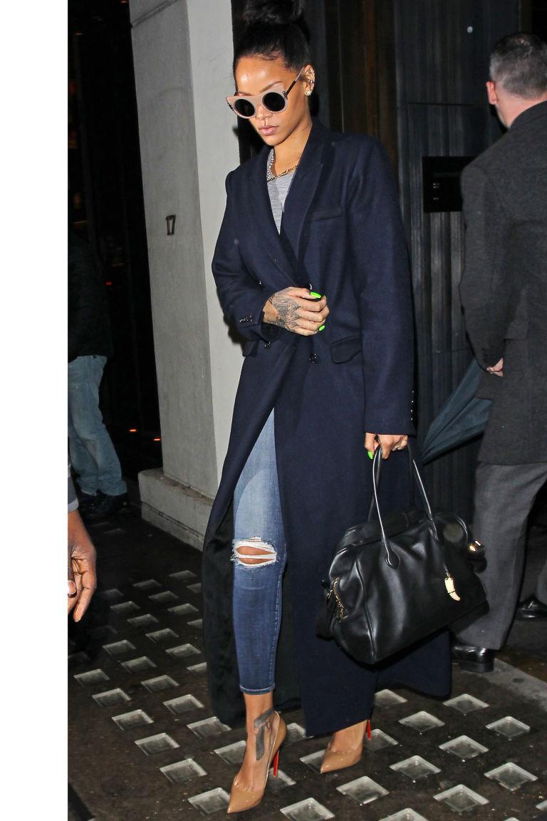 Η Rihanna δείχνει τον τρόπο για το μακρύ παλτό