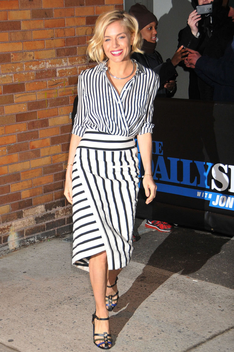 Η Sienna Miller δείχνει τον τρόπο για τις ρίγες